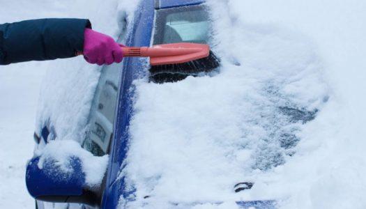 Најбезбеден и најбрз начин да се отстрани снегот од автомобилот